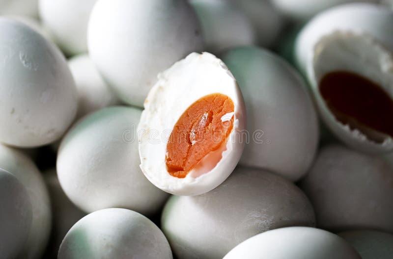 Un uovo salato fatto dall'uovo dell'anatra fotografia stock libera da diritti