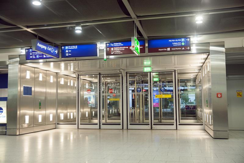 Un'uscita dell'aeroporto internazionale del ` s di Dusseldorf fotografie stock libere da diritti