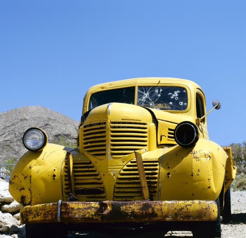 Un véhicule abandonné jaune mignon et de Clyde images libres de droits