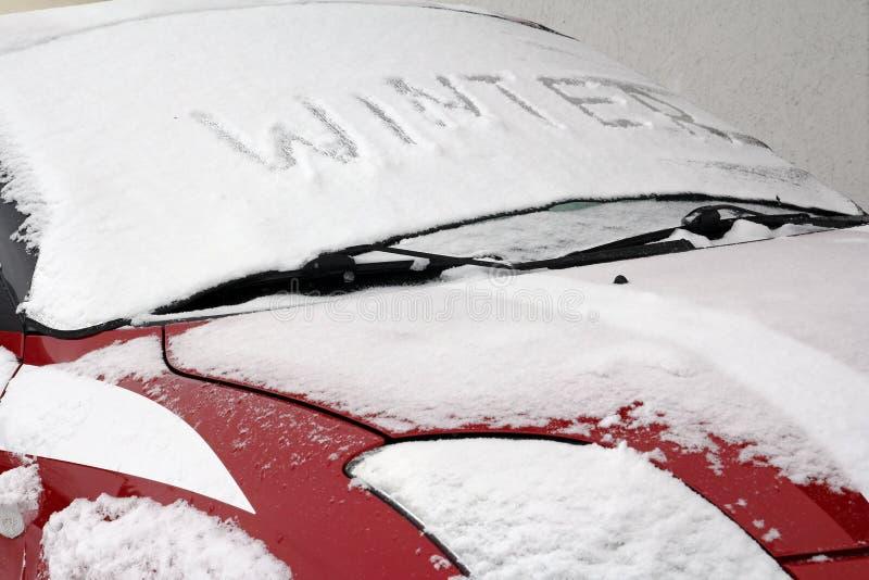 Un véhicule pendant l'hiver image stock