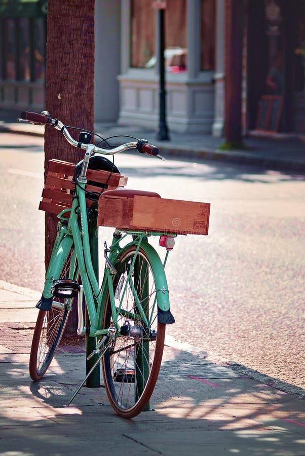 Un vélo de vert de menthe de vintage s'est garé à Charleston du centre, la Caroline du Sud image stock