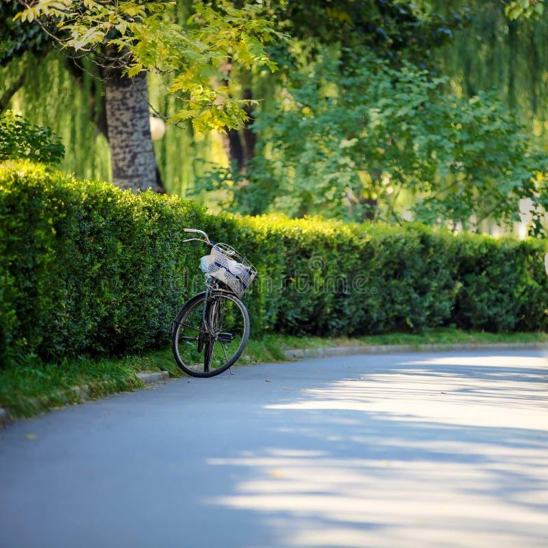 Un vélo du côté d'un chemin pavé propre dans Pékin Chine photos libres de droits
