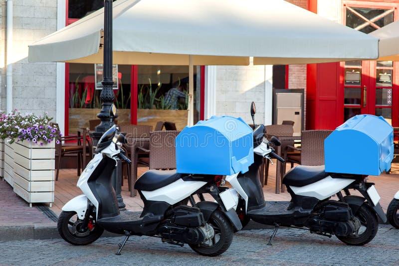 Un vélomoteur pour livrer la nourriture photographie stock libre de droits