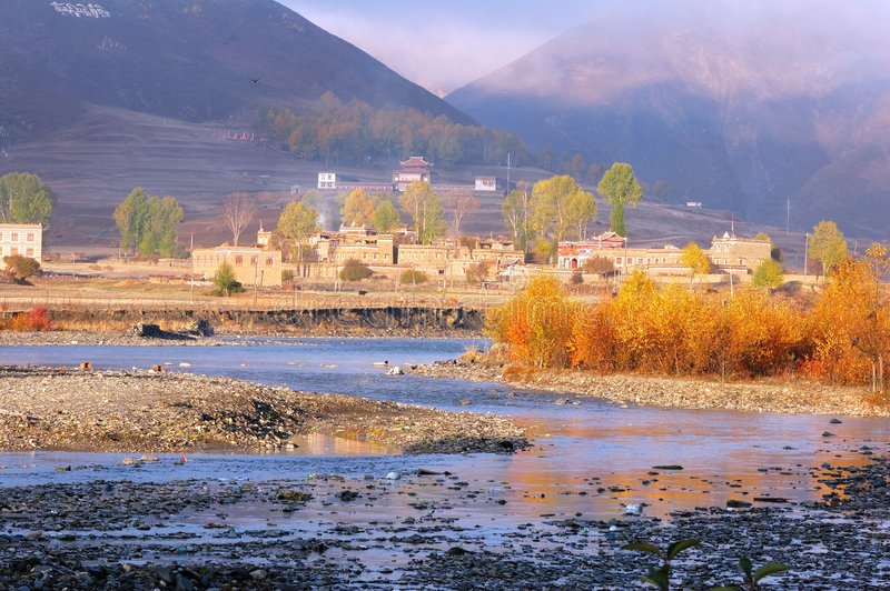 Un valle brumoso con un río imágenes de archivo libres de regalías