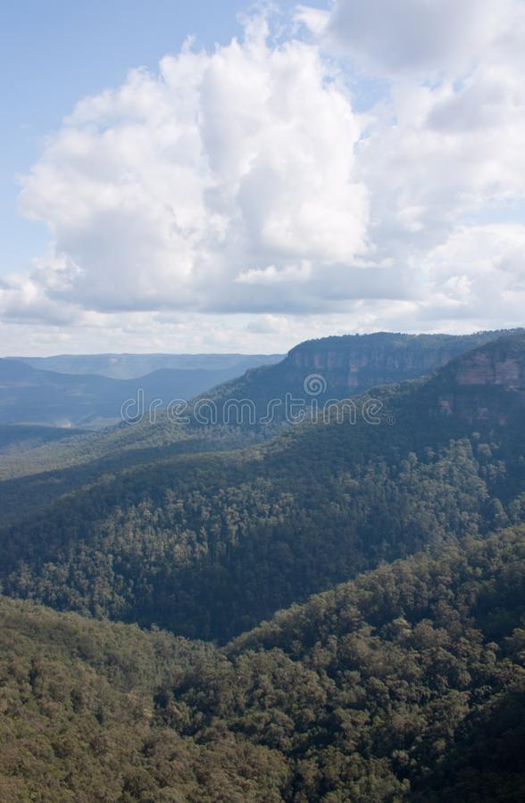 Un valle con las nubes cerca de Wentworth Falls en las montañas azules en Australia foto de archivo