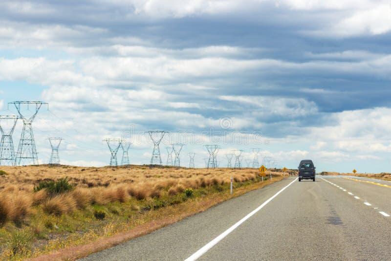 Un Van voyageant par le désert de Rangipo, Nouvelle-Zélande photographie stock