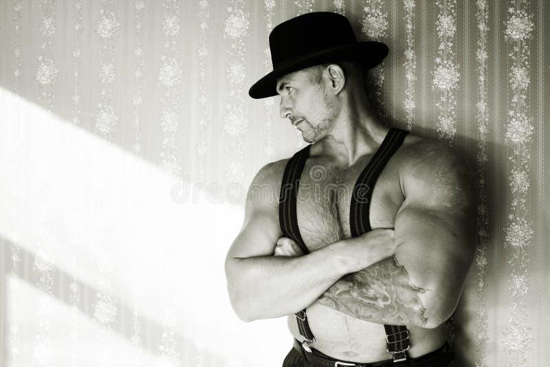 Un vaquero muscular en un sombrero de fieltro imagenes de archivo