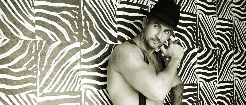 Un vaquero muscular en un sombrero de fieltro fotografía de archivo