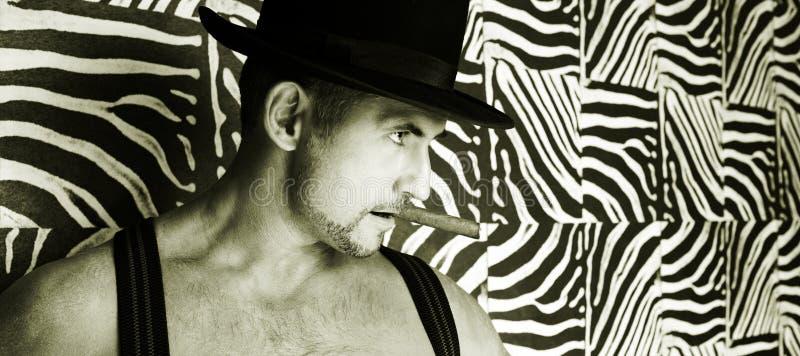 Un vaquero muscular en un sombrero de fieltro fotos de archivo libres de regalías