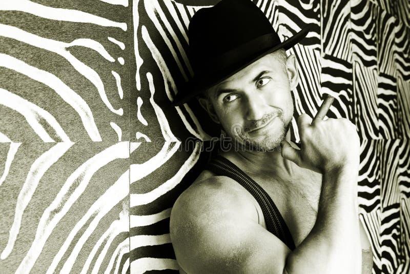 Un vaquero muscular en un sombrero de fieltro imágenes de archivo libres de regalías