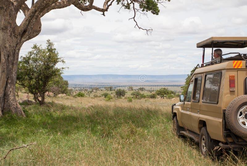 Un varón adulto en safari en África fotos de archivo libres de regalías