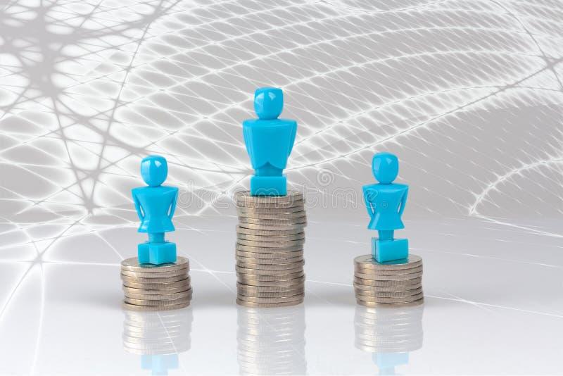 Un varón y dos estatuillas femeninas que se colocan en pilas de monedas ilustración del vector