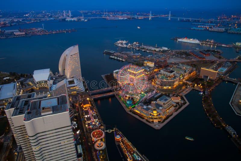 Un variopinto della vista superiore di notte di paesaggio urbano di Yokohama fotografia stock