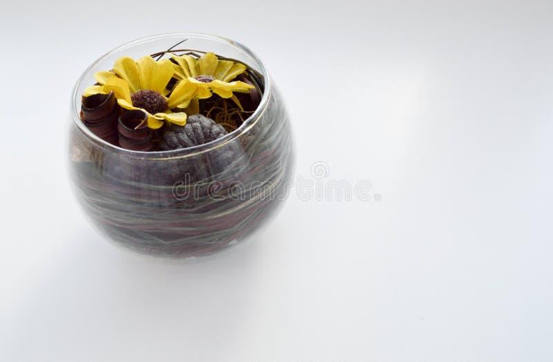 Un vase en verre avec les points jaunes sur un fond blanc photos stock