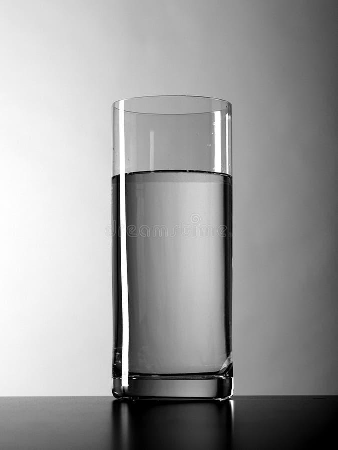 Un vase intervalle-remplit eau claire images libres de droits
