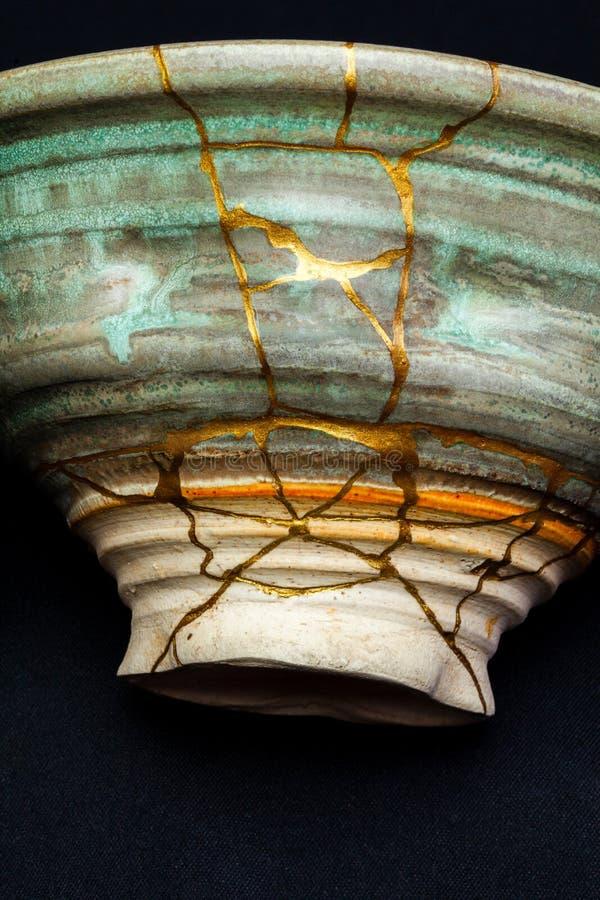 Un vase réparé par kintsugi avec de l'or photographie stock libre de droits