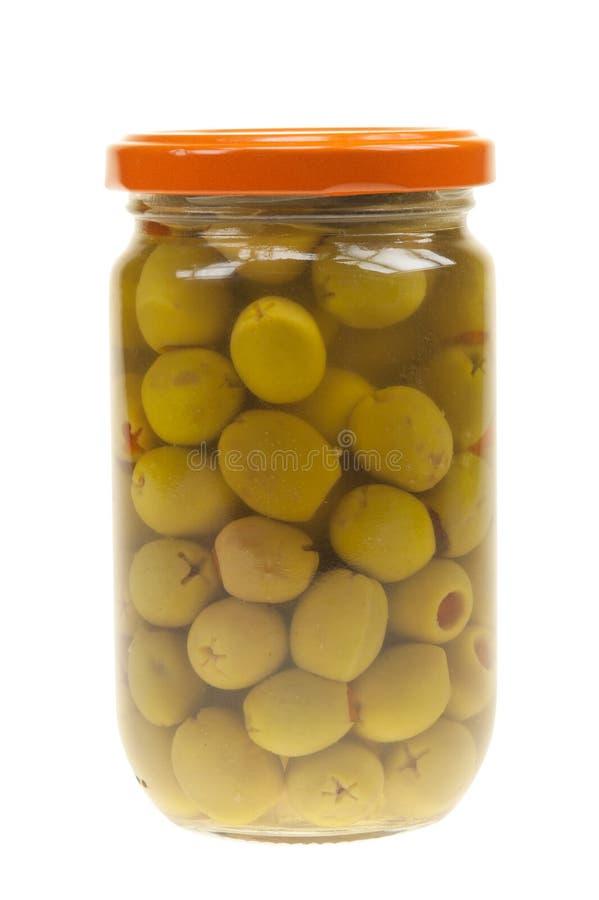 Un vaso delle olive verdi farcite isolate immagine stock
