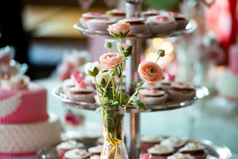 Un vaso delle rose rosa fotografie stock libere da diritti