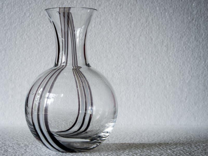 Un vaso modellato geometrico e rettangolare del vetro trasparente fotografia stock libera da diritti