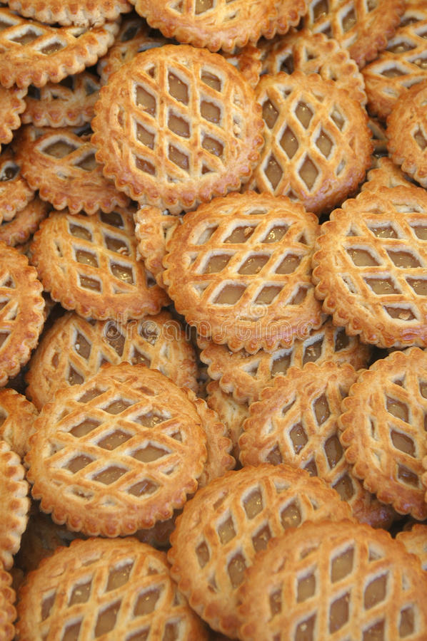 Un vassoio di crostate di mele nei criss attraversa la pasticceria immagini stock libere da diritti