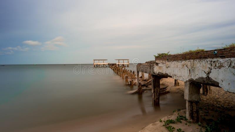 Un vecchio bacino di pesca dilapidato crolla in mare a Pak Nam Pran Thailandia fotografie stock libere da diritti