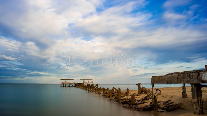 Un vecchio bacino di pesca dilapidato crolla in mare a Pak Nam Pran Thailandia fotografia stock