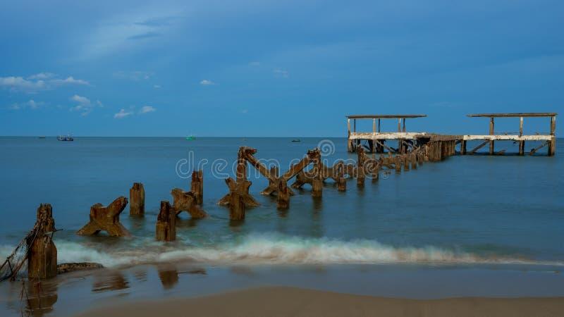 Un vecchio bacino di pesca dilapidato crolla in mare a Pak Nam Pran Thailandia fotografia stock libera da diritti