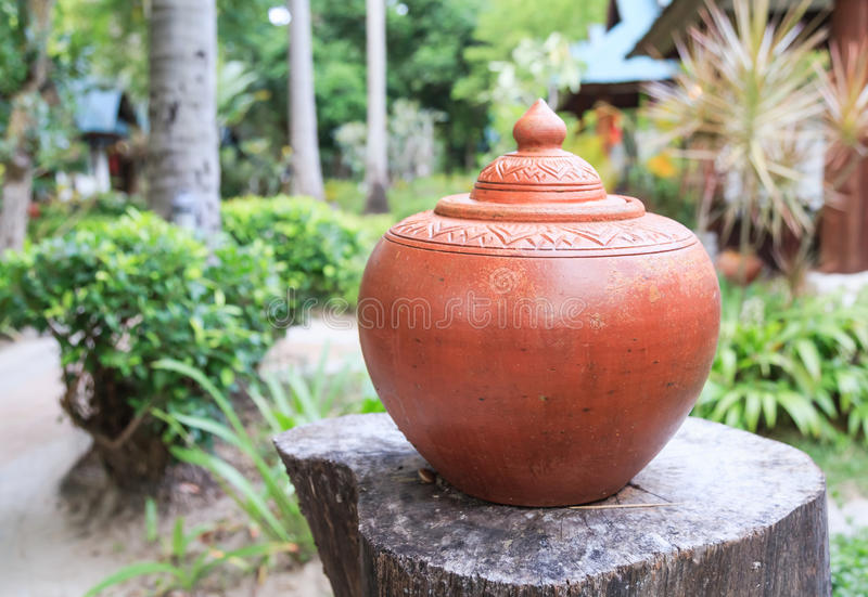 Un vecchio barattolo di terra tailandese fotografia stock