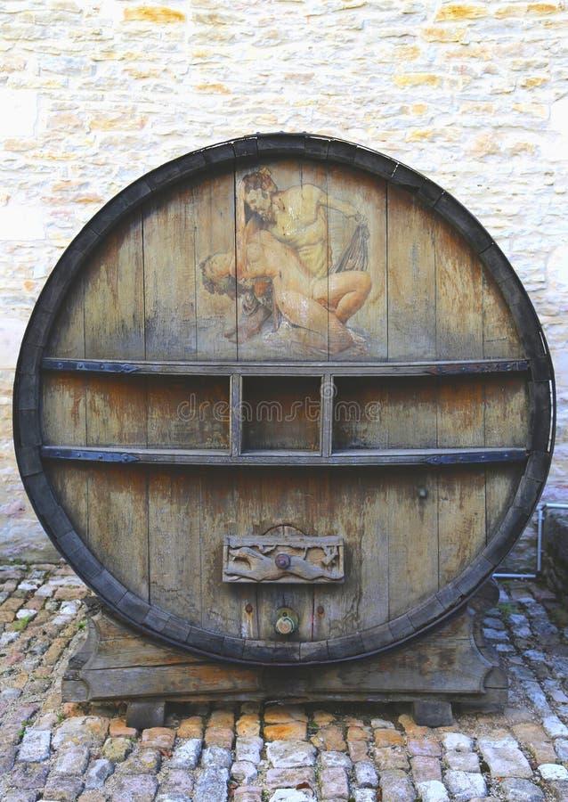 Un vecchio barilotto di vino dipinto in Chateau de Pommard, Francia fotografie stock