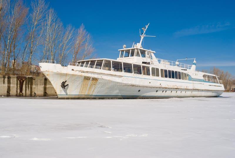 Un vecchio battello da diporto su un fiume di inverno. fotografie stock libere da diritti