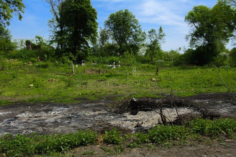 Un vecchio cimitero abbandonato, incroci e tombe invasi con tal fotografia stock libera da diritti