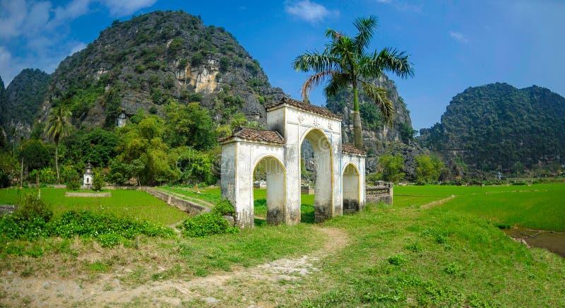 Un vecchio cimitero nel binh del ninh, Vietnam fotografia stock