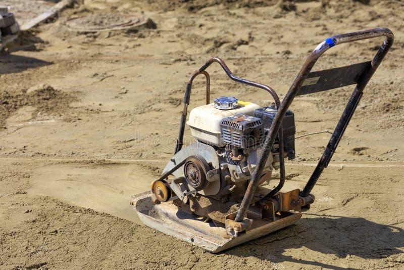 Un vecchio compattatore della benzina sta nella sabbia ed è pronto a andare immagine stock libera da diritti