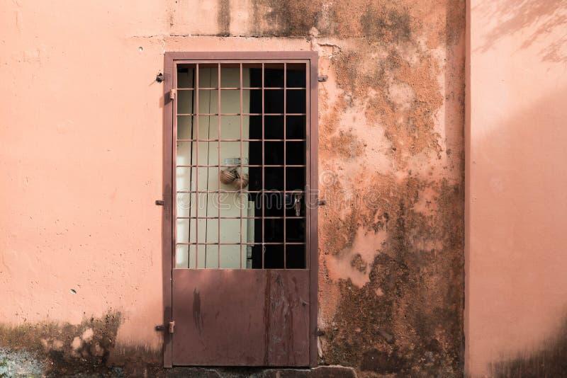Un vecchio e fondo rustico della porta fotografie stock