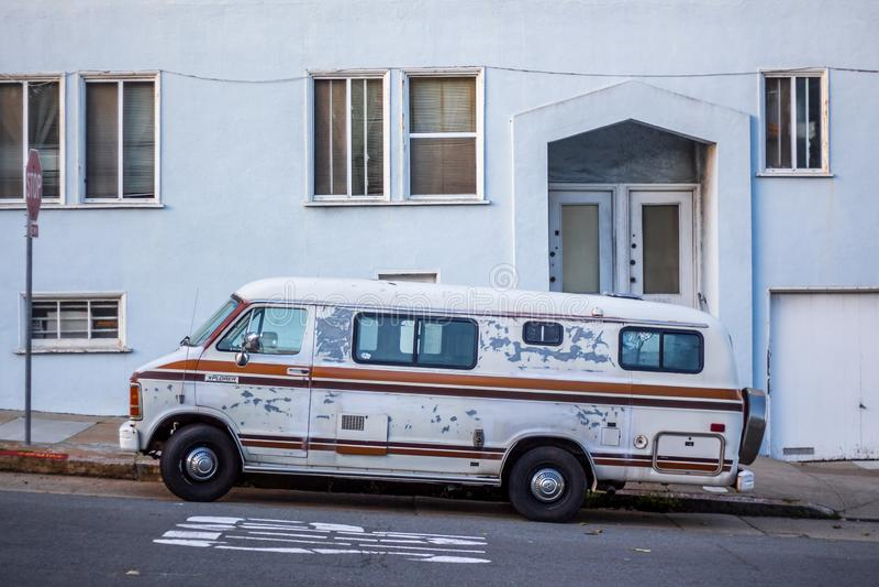 Un vecchio furgone d'annata parcheggiato fuori sulla strada fotografia stock