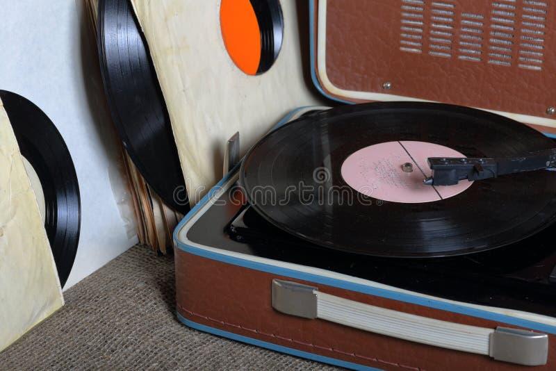 Un vecchio grammofono con un'annotazione di vinile montata su  fotografia stock libera da diritti