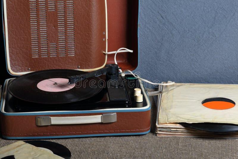 Un vecchio grammofono con un'annotazione di vinile montata su  fotografie stock libere da diritti