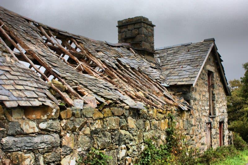Un vecchio granaio di pietra rovinato nella campagna rurale fotografia stock