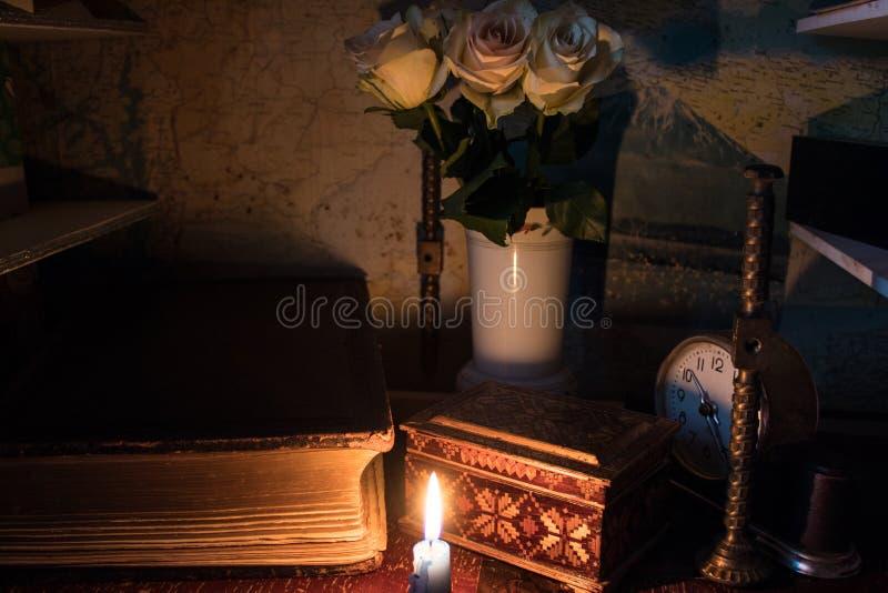 un vecchio libro con una sezione dorata delle pagine da lume di candela immagine stock libera da diritti