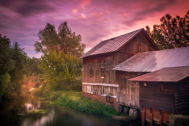 Un vecchio mulino a acqua in uno dei villaggi nella regione di Lublino fotografia stock libera da diritti