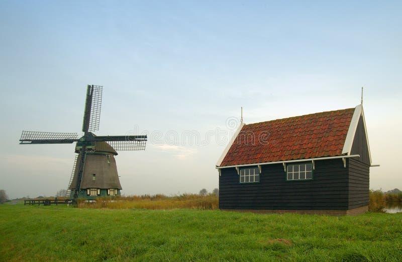 Un vecchio mulino a vento olandese fotografia stock libera da diritti