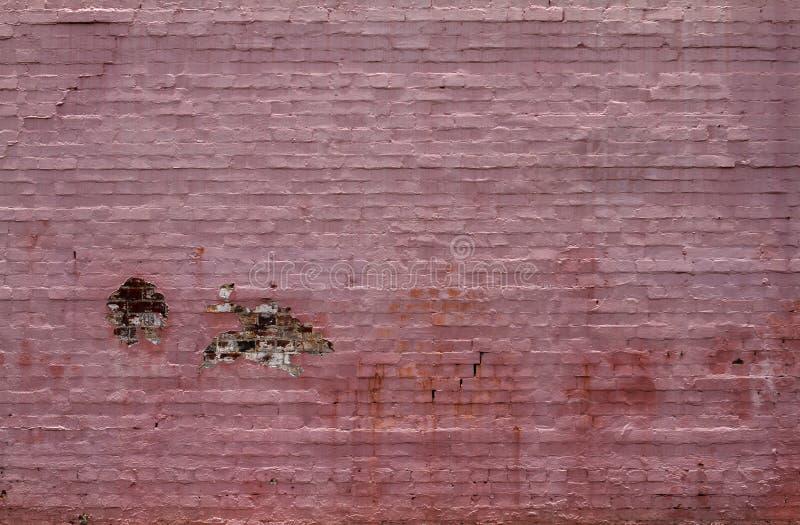Un vecchio muro di mattoni dipinto rosa e decomporrsi immagini stock libere da diritti