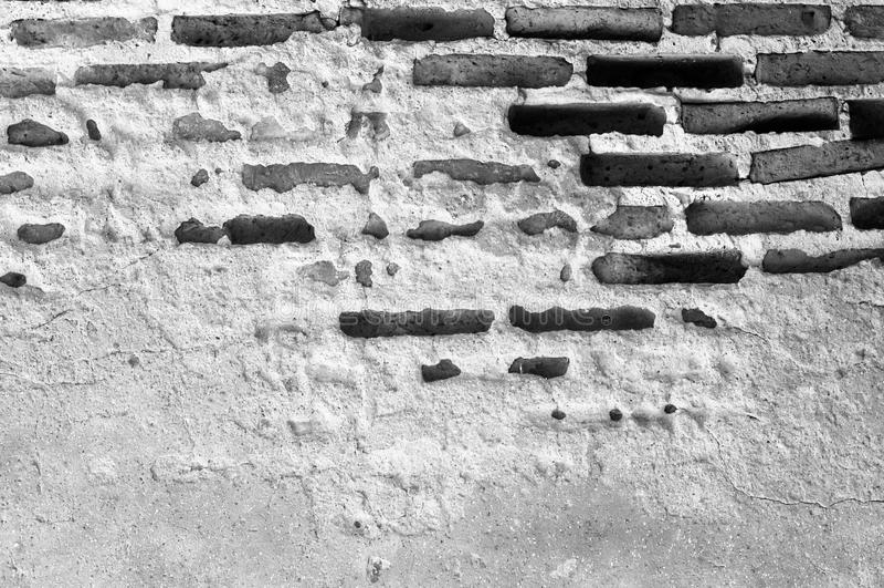 Un vecchio muro di mattoni in un'immagine di sfondo Processo bianco e nero immagine stock
