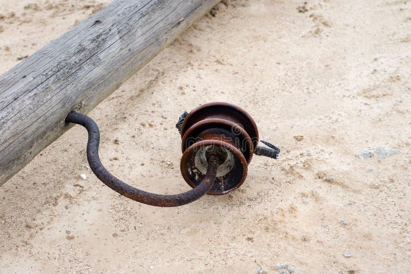 Un vecchio palo di potere di legno che si trova sulla terra Elettrico rotto fotografia stock libera da diritti