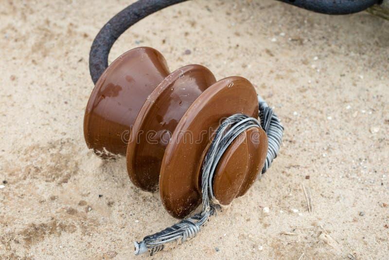 Un vecchio palo di potere di legno che si trova sulla terra Elettrico rotto fotografia stock