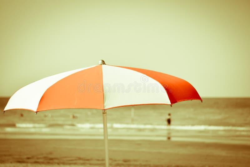 Un vecchio parasole, bianco rosso, indossato entro tempo, nel corso degli anni fotografia stock libera da diritti