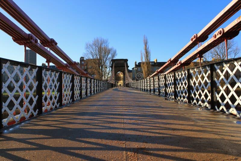 Un vecchio ponte vittoriano del piede sopra il fiume Clyde fotografie stock
