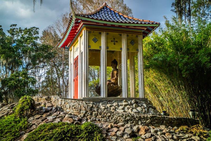 Un vecchio santuario di Buddha dentro in Avery Island, Luisiana immagine stock libera da diritti