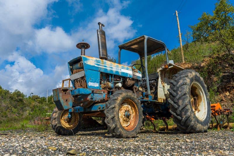 Un vecchio trattore arrugginito degli agricoltori nella campagna fotografia stock libera da diritti