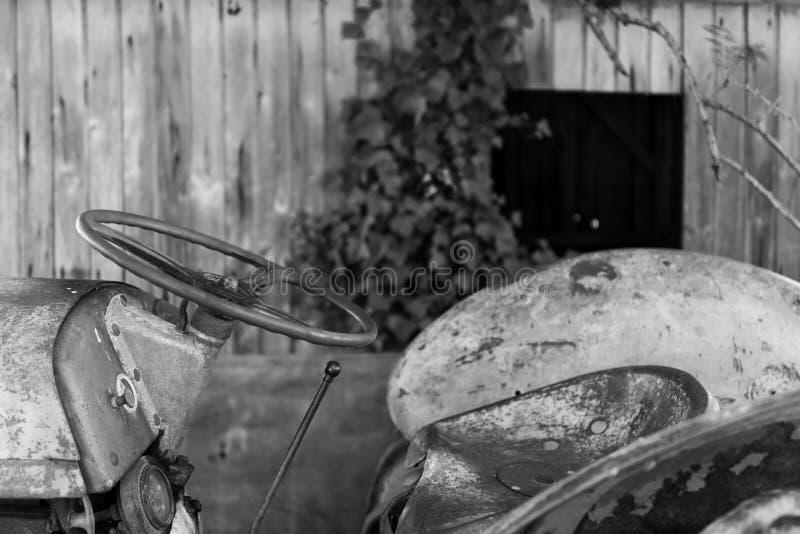 Un vecchio trattore nella campagna di Medoc, in Francia immagini stock
